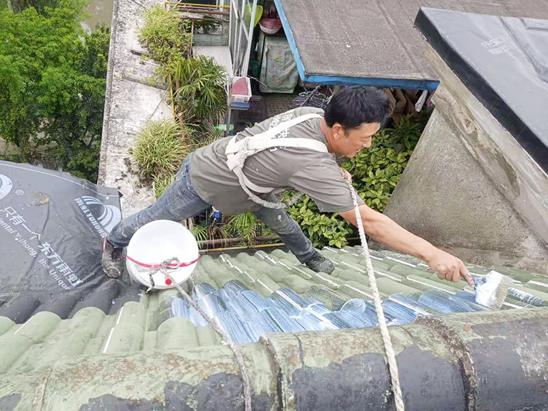 屋面防水卷材后刷防水:防水层铺贴之前,所有其它工程必须施工完毕,然后清理基层。基层必须平整、坚固、无松动、起砂、起鼓、 凹凸和裂缝,而且防水一般都是两遍,最好是卷材防水和涂料防水一起做,这样最保险,在基层先均匀涂刷基层处理剂一层。待基层处理剂干燥后,可涂刷胶粘剂,应一次涂刷均匀。将卷材按预定位置放好后开始铺贴,用胶粘剂粘平,干燥数分钟后用压辊压实。