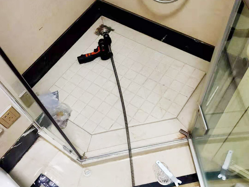 浴室钢化膜防水涂刷:浴室玻璃墙防水工程和涂料,因为浴室湿气比较重,所以都需要耐性比较好的,爆嗮不会裂开,低温性也要好的,高温不变软,绿树环保的,所以要选择那些具有防水,防腐特点的材料。