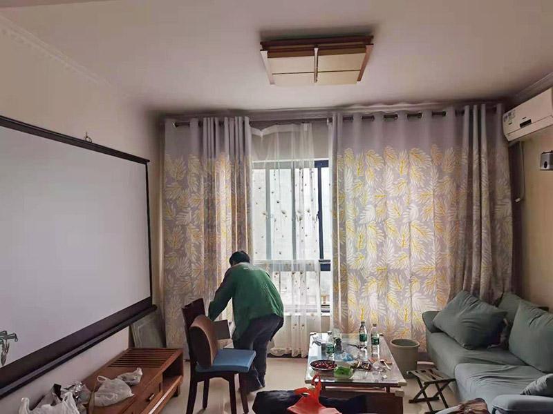 客厅翻新装修:老墙面的水泥层都有可能存在损坏严重的情况,可以将损坏的墙面部分全部铲除,之后再使用水泥进行涂抹。然后刷底漆,底漆具有防潮、保护墙面、提高墙面粉刷效果的作用。必不可少的步骤。后面就能刷乳胶漆,记得进行涂刷的时候也要从上到下顺着一个方向进行涂刷。