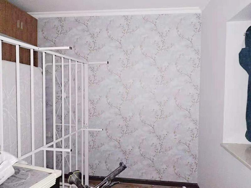 墙纸铺贴翻新:墙纸空鼓脱落一般由于原有基底不一定密实,直接在原来的壁纸上铺贴壁纸会存在较大的风险,需要将原有壁纸全部铲除,测量好墙体的高度,用壁纸刀裁切壁纸。注意,裁切的壁纸长度一般要多出墙面高度20~30mm,以方便最后的切边处理。