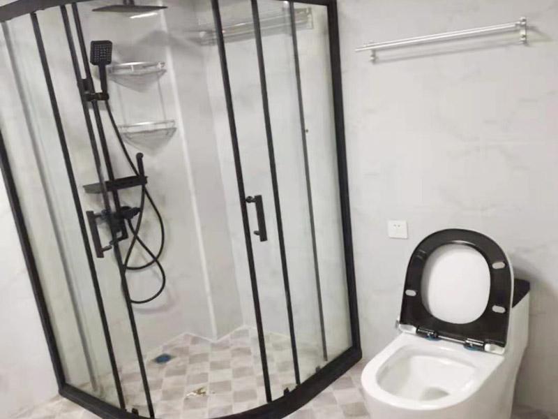淋浴房装修完工:装修淋浴房,每个部位都要做防水处理,尤其是活动门与固定扇三边,一定要有防水胶条处理,这样有利于后期防止渗水问题。框架位置用铅笔、水平尺确定靠墙铝材的钻孔位,用冲击钻打孔,让安装框架,并用螺丝固定。固定好框架后,就可以装上钢化玻璃墙。
