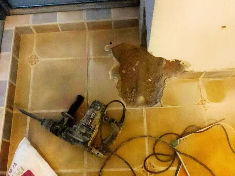 墙角局部修补翻新:用遮蔽纸沿着踢脚线进行遮蔽,做好成品保护,将已经出现问题的漆层及腻子铲掉,在水里面加入适量的腻子粉,并进行充分的搅拌,接着就可以开始上墙批腻子了。刮第一层干了之后再刮第二层,腻子不能刮太厚,否则容易开裂。