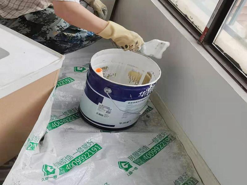 墙面粉刷翻新装修:铲除原有墙面已经被水浸过的部分,或用尼龙刷或者粗砂纸将其铲除,磨平。直到露出水泥砂浆墙面或腻子层。凸凹不平的表面需要找平就可以批刮腻子, 腻子打磨完毕后,会留下一些瑕疵。所以刷过一遍漆后才会很明显,这时候就需要找补了。接着底漆的刷涂效果会直接影响面漆的效果。