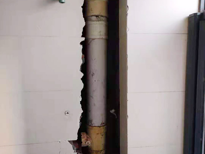 主排水管道维修更换:漏水的地方太大,建议换新水管,更换前要将整栋楼的水停下来,否则就会影响到后期的施工。更换的时候要将漏水的地方截掉,然后套上尺寸相同的新管,并用PVC胶水把连接处粘好。假如渗透的不严重,那么直接用PVC胶水粘结好,再拿防水布裹紧即可。