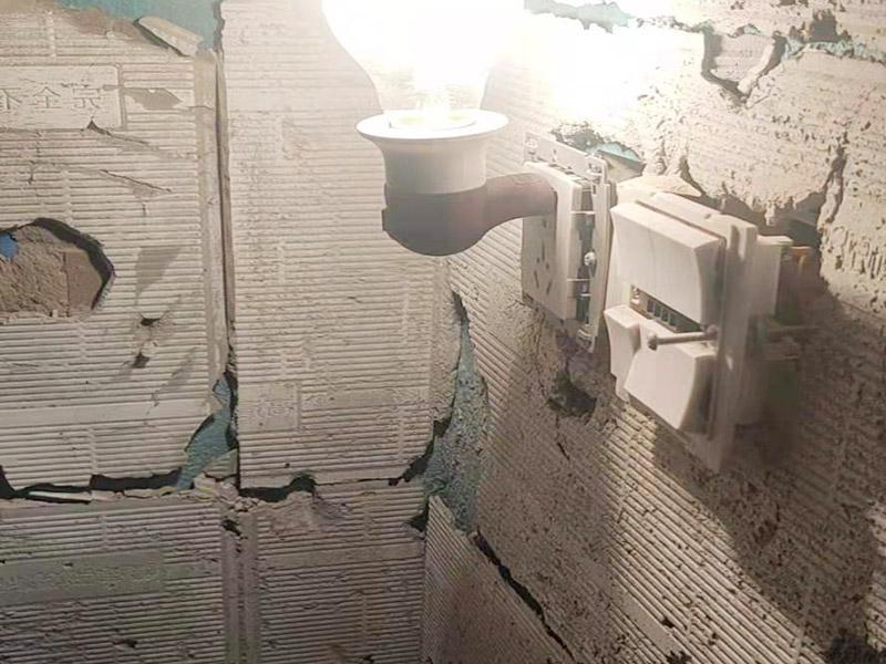卫生间墙砖拆除维修:卫浴用具拆除后可以对墙面瓷砖进行拆卸。敲砖是从墙体下方开始敲,从每块瓷砖的边缘开始敲。旧的防水层一般都不打掉,在敲砖后,在原有的防水层上面,再薄薄做一层防水,以提高卫浴的防水能力。但如果需要把防水敲掉重新再做,就要敲砖需要打到批土层或打到见底。