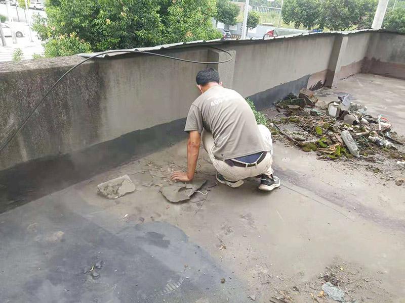 屋顶清理后刷防水